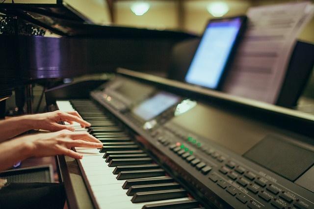 piano-playing-375363_640