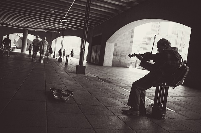 street-performer-924003_640